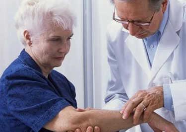 Врач осматривает пациента с зудом кожи